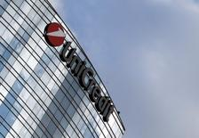 UniCredit a annoncé mardi un bénéfice net de 512 millions d'euros au premier trimestre, conforme aux attentes des analystes, ainsi qu'une progression de son ratio de fonds propres. /Photo d'archives/REUTERS/Stefano Rellandini