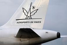 Aéroports de Paris (ADP) fait état d'une baisse de 1,6% de son trafic passagers en avril, affecté par des vacances de Pâques tardives cette année et deux jours de grève des contrôleurs aériens. /Photo d'archives/REUTERS/Charles Platiau