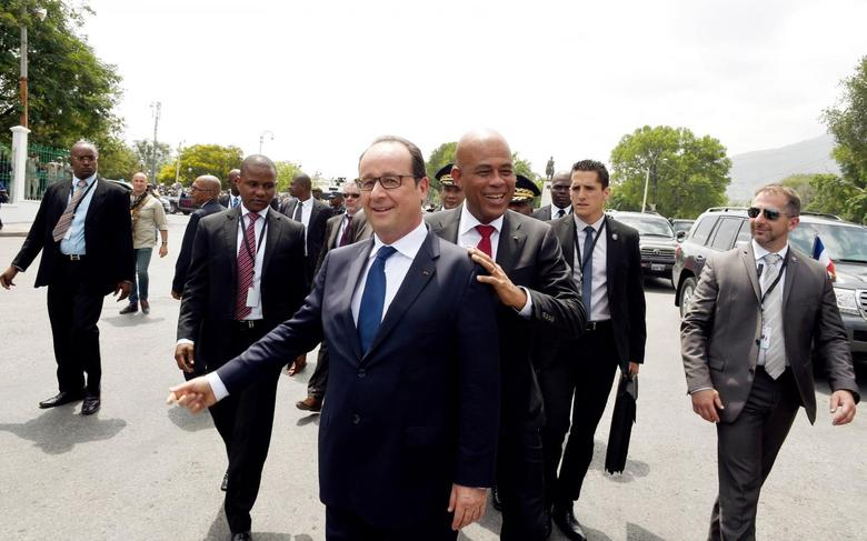 French President Francois Hollande (centre L) and Haitian President Michel Martelly (centre R) arrive to tour Musee du Pantheon National Haitien (MUPANAH), or Haitian Pantheon National Museum, in Port-au-Prince May 12, 2015.  REUTERS/Alain Jocard/Pool