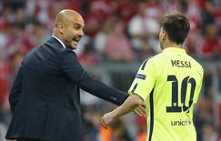O técnico do Bayern de Munique, Josep Guardiola, e o jogador argentino Lionel Messi, do Barcelona, se cumprimentam nesta terça-feira durante jogo em Munique, na Alemanha. 12/05/2015 REUTERS/Kai Pfaffenbach