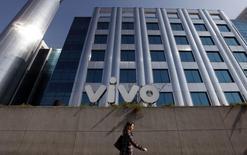 Mulher anda em frente à sede da Vivo em São Paulo. 30/06/2010 REUTERS/Nacho Doce