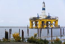 Буровая платформа Polar Pioneer компании Shell Oil Company у города Порт-Анджелес, штат Вашингтон, 12 мая 2015 года. Цены на нефть снижаются после выхода слабой экономической статистики крупнейших экономик мира. REUTERS/Jason Redmond