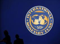Un logo del FMI en Tokyo el 10 de octubre de 2012. El Fondo Monetario Internacional dijo el jueves que sigue siendo flexible en las negociaciones sobre la deuda de Grecia y espera que se logre pronto un acuerdo entre Atenas y sus acreedores internacionales. REUTERS/Kim Kyung-Hoon