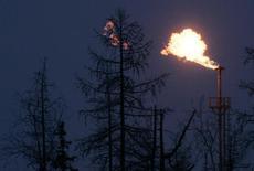 Факел попутного газа на Южно-Русском нефтегазовом месторождении в Ямало-Ненецком автономном округе. 18 декабря 2007 года. Российский газовый концерн Газпром пересмотрел в сторону снижения план добычи газа на 2015 год и ожидает, что объём составит 471 миллиард кубометров, сообщил Газпром в отчете по российским стандартам. REUTERS/Denis Sinyakov