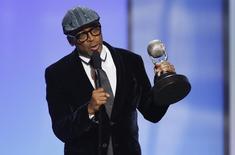 Spike Lee recebe prêmio em Pasadena.   REUTERS/Danny Moloshok