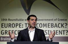 """El primer ministro griego, Alexis Tsipras, en una conferencia en Atenas, mayo 15 2015. El primer ministro griego, Alexis Tsipras, dijo el viernes que Atenas y sus prestamistas habían encontrado terreno común en las negociaciones, pero que el Gobierno no cedería en sus """"líneas rojas"""", como su postura de que no recortará salarios o pensiones. REUTERS/Alkis Konstantinidis"""