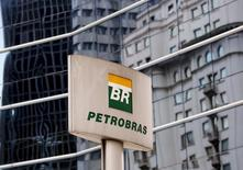 Logo da Petrobras em frente ao prédio da empresa em São Paulo. 23/04/2015 REUTERS/Paulo Whitaker