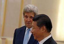 """Госсекретарь США Джон Керри и председатель КНР Си Цзиньпин. Пекин, 17 мая 2015 года. США обсуждают с Китаем возможные новые санкции против КНДР, так как эта страна """"даже не приблизилась"""" к ограничению программы создания ядерного оружия, сообщил в понедельник госсекретарь Джон Керри. REUTERS/Kim Kyung-Hoon"""