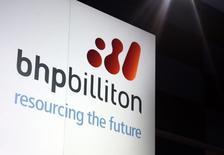 Un cartel promocional de BHP Billiton adorna un escenario, en Sydney, 20 de agosto de 2013. La unidad escindida de BHP Billiton, South32 comenzó a negociarse el lunes con un valor de mercado de 9.000 millones de dólares, un tercio menos que las previsiones más optimistas, en una muestra de la preocupación de los inversores por las perspectivas para el sector minero. REUTERS/David Gray