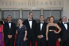 """Diretor Pete Docter (terceiro da esquerda para direita) chega para exibição do filme """"Divertida Mente"""" em Cannes.  18/5/2015.      REUTERS/Benoit Tessier"""