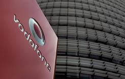 La sede de Vodafone en Düsseldorf, el 12 de septiembre de 2013. La británica Vodafone reportó un incremento en la medición de sus ventas trimestrales por primera vez en casi tres años, gracias a la mejora en las tendencias de sus mercados europeos y la demanda de servicios móviles 4G.  REUTERS/Ina Fassbender