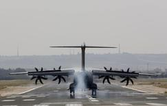 An Airbus A400M military plane lands during a test flight at the airport of the Andalusian capital of Seville May 12, 2015. Airbus carried out a test flight of one of its A400M military transporters on Tuesday, as it tried to restore confidence after a fatal crash on Saturday. Spain earlier on Tuesday withdrew flight permission for planes currently in production in Spain until more is known about the causes of the crash, which killed four crew members.  REUTERS/Marcelo del Pozo     - RTX1CMJK