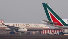 Correction du titre. Alitalia, dont Etihad doit prendre 49% du capital dans le cadre d'un accord de sauvetage, a déclaré qu'elle ne reconduirait pas ses accords de partenariat et de coentreprise avec Air France-KLM à partir de janvier 2017. /Photo d'archives/REUTERS/Tony Gentile