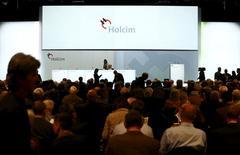 Holcim va supprimer 120 emplois en Suisse en prévision de sa fusion avec Lafarge. De son côté, le groupe français a annoncé mardi un projet de réorganisation qui devrait se traduire par 380 suppressions nettes de postes, dont 166 en France.  /Photo prise le 8 mai 2015/REUTERS/Ruben Sprich
