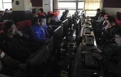 Clientes usando computadores, en un cibercafé en Hefei, provincia de Anhui, 16 de marzo de 2012. China gastará más de 182.000 millones de dólares para aumentar la velocidad de Internet hasta fines de 2017, dijo un organismo del Gobierno, mientras Pekín se mueve hacia una economía más basada en los servicios para impulsar al crecimiento. REUTERS/Stringer/Files