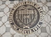 El sello de la Reserva Federal de St. Louis en su sede en St. Louis, Misuri, 8 de junio de 2011. El Banco de la Reserva Federal de St. Louis dijo que piratas informáticos lo atacaron con éxito el mes pasado, redirigiendo el tráfico en la red, pero sin comprometer su sitio. REUTERS/Peter Newcomb
