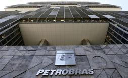 Sede de Petrobras, en Rio de Janeiro, 16 de diciembre de 2014. La estatal brasileña Petróleo Brasileiro SA dijo el miércoles que deberá pagar por derechos a crudo adicional hallado en áreas que compró al Gobierno en el 2010 sólo cuando declare los yacimientos como comercialmente viables. REUTERS/Sergio Moraes