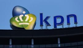 El logo de la compañía de telecomunicaciones holandesa KPN, en su sede en La Haya, 4 de febrero de 2014. La firma mexicana de telecomunicaciones América Móvil, del magnate Carlos Slim, lanzó el miércoles un bono senior no asegurado por 3.000 millones de euros canjeable por acciones de la holandesa KPN, según información de IFR, un servicio de Thomson Reuters. REUTERS/Michael Kooren