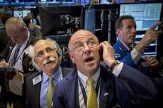 Operadores en la bolsa de Wall Street en Nueva York, mayo 20 2015. Los principales índices de la bolsa de Nueva York mostraban ligeras variaciones el miércoles, porque los inversores elegían esperar las minutas de la última reunión de política monetaria de la Reserva Federal en busca de pistas sobre cuándo se elevarán las tasas de interés. REUTERS/Brendan McDermid