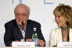 """Michael Caine y Jane Fonda ofrecen una rueda de prensa sobre la película """"Youth"""" en una fotografía tomada en Cannes el 20 de mayo de 2015. A sus 82 años, Michael Caine recibe un masaje y a sus 77, a Jane Fonda se le cae la peluca y las lágrimas le estropean el maquillaje en """"Youth"""", una película que compite en el festival de Cannes que muestra cuán difícil es envejecer sin importar la riqueza. REUTERS/Benoit Tessier"""