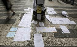 Ofertas de emprego coladas em poste no centro de São Paulo.   19/05/2015   REUTERS/Paulo Whitaker