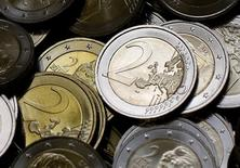 Монеты по 2 евро на монетном дворе в Вене. 20 июня 2013 года. Евро вырос к доллару в четверг впервые на этой неделе благодаря признакам восстановления активности в еврозоне и повышению доходности немецких облигаций, которое сузило разрыв с американскими Treasuries. REUTERS/Leonhard Foeger