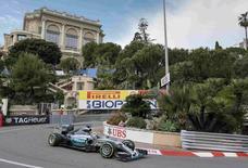 Piloto da Mercedes Lewis Hamilton no treino livre para o GP de Mônaco. 21/05/2015 REUTERS/Robert Pratta