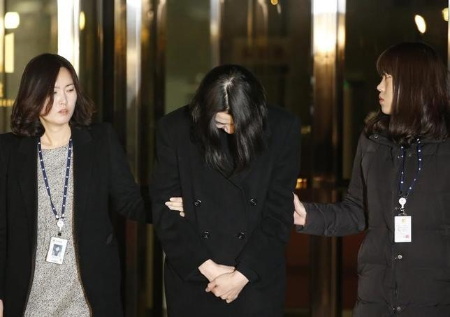 Cho Hyun-ah (C), also known as Heather Cho, daughter of chairman of Korean Air Lines, Cho Yang-ho, leaves for a detention facility after a Korean court ordered her to be detained, at the Seoul Western District Prosecutor?s office December 30, 2014.  REUTERS/Kim Hong-Ji