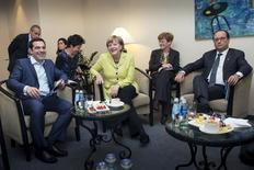 Le président français François Hollande et la chancelière allemande Angela Merkel, qui rencontraient jeudi soir à Riga le Premier ministre grec Alexis Tsipras, lui ont rappelé la nécessité d'en faire davantage pour obtenir les financements indispensables pour éviter une banqueroute. /Photo prise le 21 mai 2015/REUTERS/Guido Bergmann/Bundesregierung (BPA)/Handout via Reuters