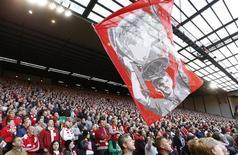 """Болельщики """"Ливерпуля"""" с флагом с изображением Стивена Джеррарда во время его последней игры на """"Энфилде"""". 16 мая 2015 года. Action Images via Reuters / Carl Recine"""