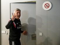 Técnico do Real Madrid, Carlo Ancelotti, deixando entrevista coletiva em Valdebebas, na Espanha.  22/05/2015   REUTERS/Andrea Comas