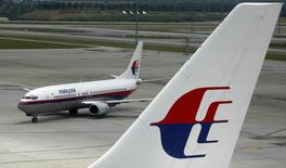 Aeronave da Malaysian Airline manobra no aeroporto internacional de Kuala Lumpur, em foto de arquivo. 26/02/2007 REUTERS/Bazuki Muhammad