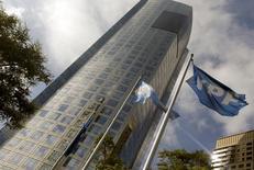 La sede de YPF en Buenos Aires, 16 de abril de 2015. La petrolera estatal argentina YPF descubrió un yacimiento convencional en la provincia patagónica de Río Negro con recursos estimados en unos 40 millones de barriles de petróleo, informó la empresa el lunes en un comunicado. REUTERS/Enrique Marcarian