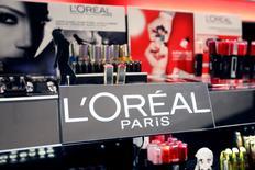 L'Oréal est l'une des valeurs à suivre à la Bourse de Paris, après l'annonce d'une réduction des prix de la plupart de ses produits importés en Chine, réagissant ainsi à la décision de Pékin de baisser sensiblement les taxes à l'importation sur des articles de consommation courante, dont les produits de beauté et les couches. /Photo prise le 20 avril 2015/REUTERS/Charles Platiau