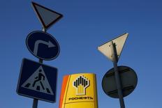 Дорожные знаки у заправки Роснефти в Москве 29 октября 2014 года. Крупнейшая российская нефтекомпания Роснефть планирует выйти из газового проекта в ОАЭ после неудачной геологоразведки, сообщила компания. REUTERS/Maxim Shemetov