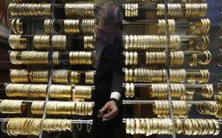 Золотые браслеты в ювелирном магазине в Стамбуле. 5 декабря 2013 года. Цены на золото упали почти на 1 процент до двухнедельного минимума за счет роста курса доллара после комментария председателя ФРС Джанет Йеллен. REUTERS/Murad Sezer