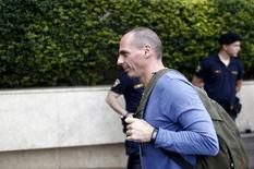 Yanis Varoufakis llega a una reunión del partido Syriza en Atenas, el 23 de mayo de 2015. Grecia se ha comprometido a liberalizar su economía, reformar su sistema de pensiones y alcanzar un superávit razonable de su presupuesto primario, escribió el martes el ministro de Finanzas griego, Yanis Varoufakis. REUTERS/Kostas Tsironis
