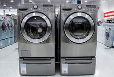 Unas secadoras y lavadoras a la venta en una tienda en Nueva York, jul 28 2010. Los pedidos generales de bienes duraderos de Estados Unidos bajaron el mes pasado un 0,5 por ciento, dijo el martes el Departamento de Comercio.  REUTERS/Shannon Stapleton