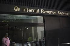 Женщина выходит из здания Налогового управления США в Нью-Йорке. 13 мая 2013 года. Киберпреступники незаконно получили доступ к данным около 100.000 американских налогоплательщиков за последние четыре месяца, сообщил во вторник глава Налогового управления США (IRS) Джон Коскинен. REUTERS/Shannon Stapleton