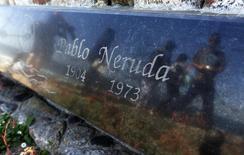 Lápide em túmulo do poeta chileno Pablo Neruda em Isla Negra. 7/4/2013. REUTERS/Eliseo Fernandez