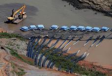 Máquina da Sabesp perto de bombas na represa de Jaguari, em Bragança Paulista. 12/02/2015 REUTERS/Paulo Whitaker