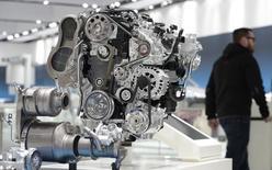 Двигатель на стенде Volkswagen на выставке в Ганновере. 7 апреля 2013 года. Экспорт продукции немецкого машиностроения в Россию упал на 28 процентов в первом квартале под влиянием западных санкций и российского экономического кризиса, сообщила индустриальная ассоциация VDMA. REUTERS/Fabian Bimmer