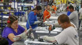 Trabajadores en la planta manufacturera de Whirlpool en Cleveland, EEUU, 21 de agosto de 2013. El ritmo del crecimiento manufacturero de Estados Unidos se intensificó en mayo, repuntando desde su menor tasa en casi dos años, ya que los nuevos pedidos y el empleo se recuperaron, de acuerdo con un reporte industrial divulgado el lunes. REUTERS/Chris Berry