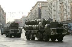Ракетные комплексы С-300 во время репетиции парада на улицах Москвы 4 мая 2009 года. Российский государственный производитель оружия Алмаз-Антей поставит Ирану усовершенствованную ракетную систему C-300, когда будет заключено торговое соглашение, сообщила компания во вторник. REUTERS/Alexander Natruskin