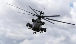 Sikorsky Aircraft, la filiale d'hélicoptères d'United Technologies, a annoncé mardi la suppression de 1.400 emplois sur 12 mois et la réorganisation de certains sites en raison d'une forte baisse de la demande dans les secteurs du pétrole et du gaz et d'un recul des ventes à l'international. /Photo d'archives/REUTERS/Michaela Rehle