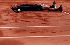 Tennis - French Open - Roland Garros, Paris, France - 2/6/15 Men's Singles - France's Jo Wilfried Tsonga celebrates winning his quarter final match Action Images via Reuters / Jason Cairnduff Livepic