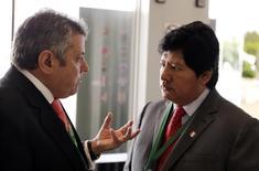 Presidente da Associação de Futebol Uruguaia, Wilmar Valdez (esquerda), conversa com o Edwin Oviedo, da Associação Peruana, durante congresso ordinário da Conmebol em Luque, no Paraguai, em março. 04/03/2015 REUTERS/Jorge Adorno