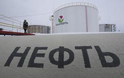 Нефтехранилище Башнефти у села Шушнур в Башкирии 28 января 2015 года. Цены на нефть снижаются за счет избыточного предложения и ожиданий, что ОПЕК решит не сокращать добычу на совещании в пятницу. REUTERS/Sergei Karpukhin