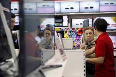 Les ventes au détail ont rebondi en avril dans la zone euro, affichant une progression conforme aux attentes de 0,7% sur un mois et de 2,2% sur un an, selon les données publiées mercredi par Eurostat. /Photo d'archives/REUTERS/Susana Vera