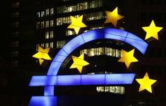 Символ евро на фоне здания ЕЦБ во Франкфурте-на-Майне 20 января 2015 года. Европейский центробанк в среду, как и ожидалось, оставил ключевую ставку на прежнем уровне, продолжая осуществлять денежную эмиссию для поддержки экономики. REUTERS/Kai Pfaffenbach